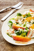 Salad with peaches, bacon, arugula, spinach and goat cheese — Stock Photo