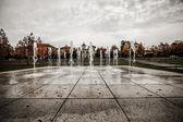 Kleurvlekken fontein water in een bewolkte dag — Stockfoto