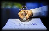 Concept d'idée : en se servant d'une ampoule d'éclairage — Photo