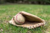 Staré baseballovou rukavici a míček — Stock fotografie