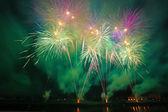 Buntes Feuerwerk am Nachthimmel — Stockfoto