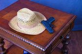 Hat and Handgun — Stock Photo