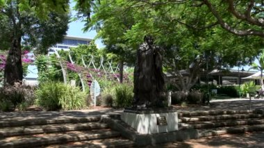 Statue of Confucius on South Bank Parklands — Stock Video