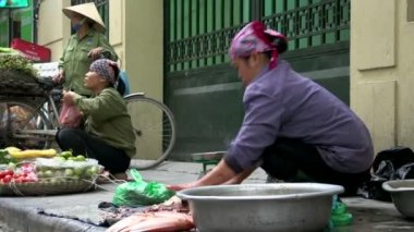 Woman cutting fish at a street market — Stock Video
