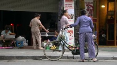 Woman puts her bike down and walks to street market — Stock Video