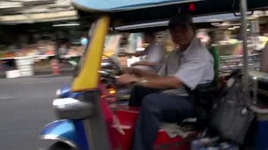 Tuk Tuk driver passing by in Chinatown — Stock Video