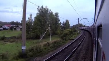 Train view in a curve passing by a small village — Stock Video