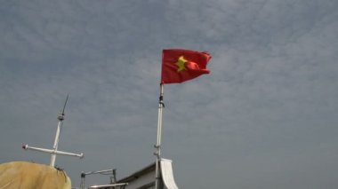 Vietnamese flag on a cruise ship sailing — Stock Video