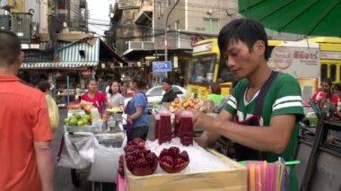 Man selling fresh fruit juice in Chinatown — Stock Video