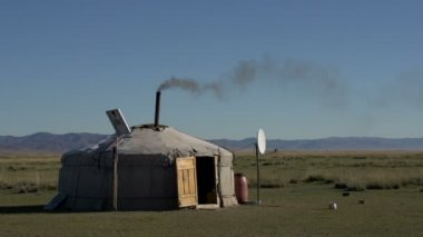Black smoke coming out of a Yurt — Stock Video