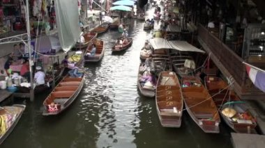 Many rowing boats in Damnoen Saduak Floating Market — Stock Video