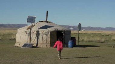 Mongolian kid walking to her home — Stock Video