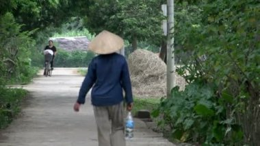 Vietnamese people walking and cycling in the street — Stock Video