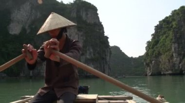 Vietnamese guy rowing the boat with tourist — Stock Video