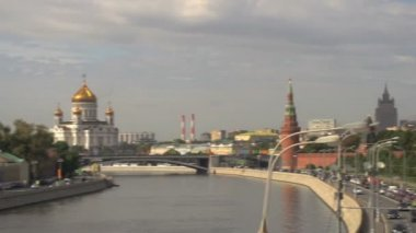 Catherdral of christ the saviour to Kremlin to Moscow — Vídeo de stock