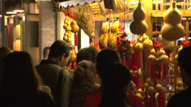 Traditional Chinese Gourd in Crowded Jin li street — Stock Video