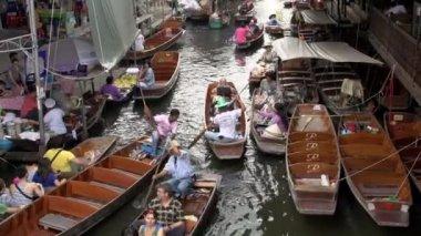 Many rowing boats in Damnoen Saduak Floating Market — Stock Video