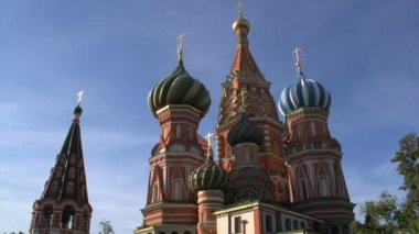 Saint Basil's Cathedral tilt down with a man passing by — Stock Video