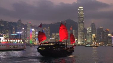 Junk ship and cruiseship in front of Hong Kong skyline — Stock Video