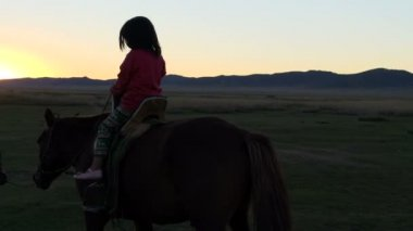 Little girl on a horse with a father — Stock Video