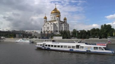 Cruise ship and Cathedral of christ the saviour — Стоковое видео