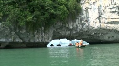 Tourists in a boat trip in Ha Long Bay — Stock Video