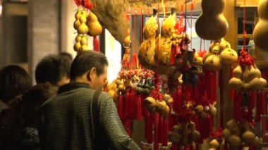 Pan from Traditional Chinese Gourd to the Crowded Jin li street — Stock Video
