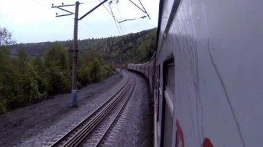 смотреть поезд в кривой с гор — Стоковое видео