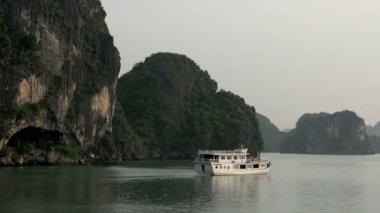 Cruzeiro navio navegando embora — Vídeo stock