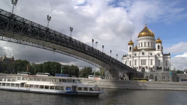 Bateau de croisière et la cathédrale du christ sauveur — Vidéo
