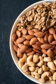 Různé typy ořechů v misce — Stock fotografie