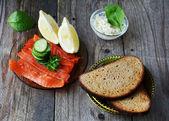 Making smoked salmon sandwiches — Stock Photo