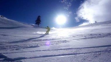 Snowboarder downhill super câmera lenta — Vídeo stock