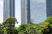 Rascacielos y jardín japonés en tokio japón — Foto de Stock