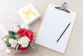 Wooden Clipboard attach planning paper with pencil beside rose b — Stock Photo