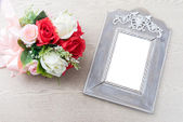 Wooden frame with white space beside rose bouquet — Стоковое фото