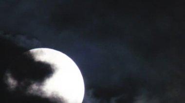 Luna piena in una notte spettrale nuvolosa — Video Stock