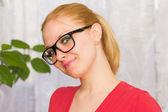 Porträtt av en kvinna med glasögon — Stockfoto