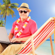 Male tourist working on laptop — Stock Photo