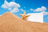 Sea star and card at beach — Stock Photo