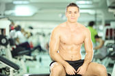 Muscular man  in fitness club — Stock Photo