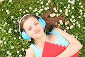 çimenlerin üzerinde kadın müzik dinleme — Stok fotoğraf
