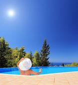 Kvinna avkopplande i poolen — Stockfoto