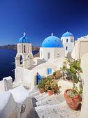 Blaue kuppel kirche in oia dorf — Stockfoto