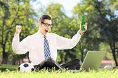 Cara, torcendo e assistindo futebol no laptop — Foto Stock