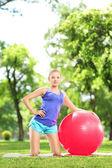 Topu ile egzersiz erkek — Stok fotoğraf
