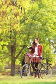 žena s kolo, čtení knihy — Stock fotografie