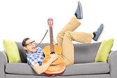 Suonare la chitarra maschio — Foto Stock