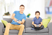 Man playing video game with cousin — Stock Photo