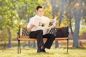 Podnikatel čtení noviny — Stock fotografie